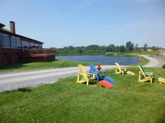 Pictou Lodge Beachfront Resort: Waterfront lawns