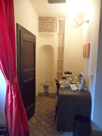 Residenza Torre Colonna: Red Room