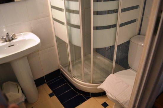 Hostal Austria: Our tiny little bathroom.