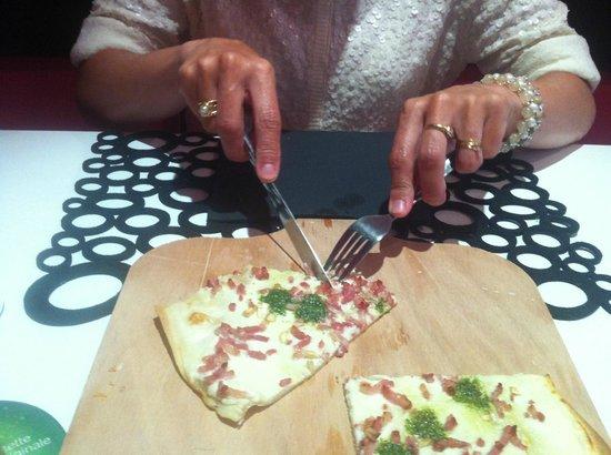 L'arome : Tarte flambée mangée à même le plateau.... on attend toujours les petites assiettes....