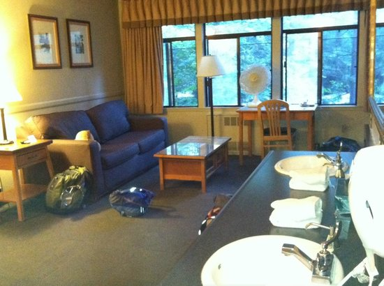 Yosemite Valley Lodge: Family Room entry area with sofabed