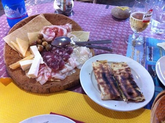 Il Grottino: antipasto misto e formaggio alla piastra avvolto nel pane carasau