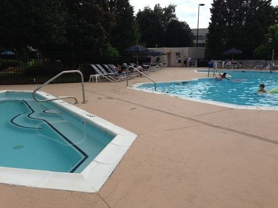 Sheraton Imperial Hotel and Convention Center : pool in the parking lot !!!