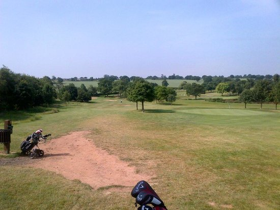 BEST WESTERN PLUS Coventry Windmill Village Hotel Golf & Spa: 3rd green 4th fairway on left. Cheeky green on 4th surrounded by deep bunkers.