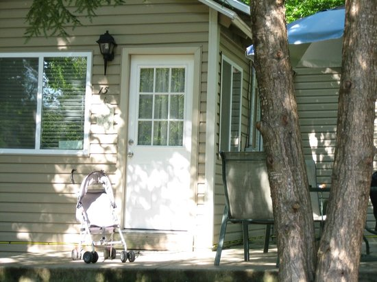 Holiday Bay Cottage Rentals : View of front of cabin