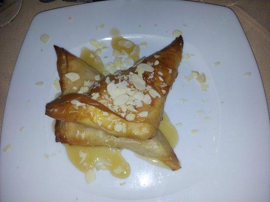 Taverna Nikolas Restaurant: Feta in Filo pastry with honey and almonds