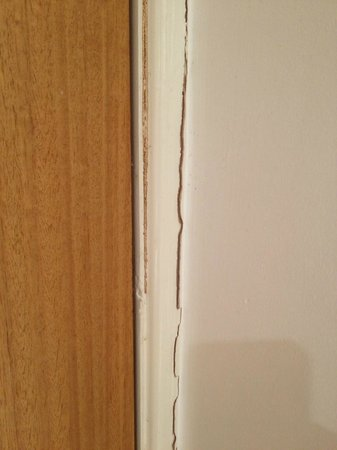 Village Hotel Wirral: crack around door