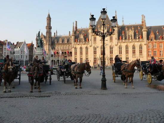 Hotel Navarra: Bruges Mark Square at the end of hotel street.