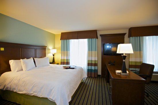 Hampton Inn & Suites Adairsville: Spacious guest rooms and suites with working area