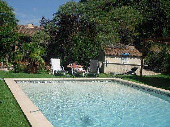 La Tour d'Aigues, Frankrike: la piscine et ses alentours