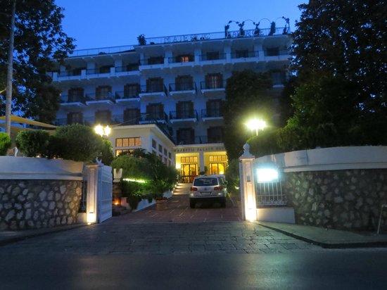 Majestic Palace Hotel: Entrance at night