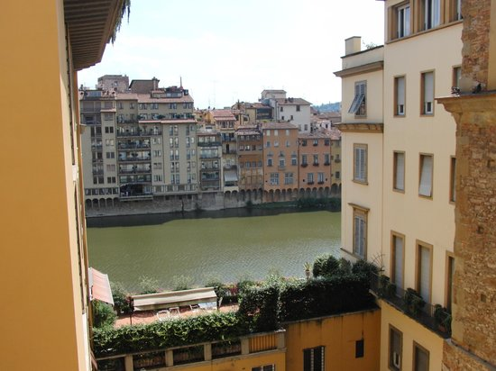 Hotel Alessandra: View of the Arno from the room
