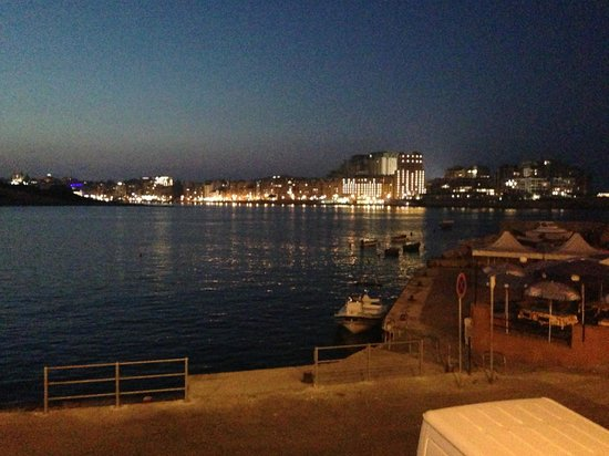 Cockney's Restaurant: View of Sliema by night from Cockney's in Valletta
