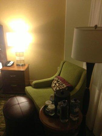 Atlanta Marriott Alpharetta: Room Chair and ottoman