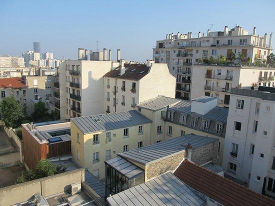 Hotel Saint Charles: Vue de notre chambre, avec la tour Montparnasse au fond (qui cache la tour Eiffel)