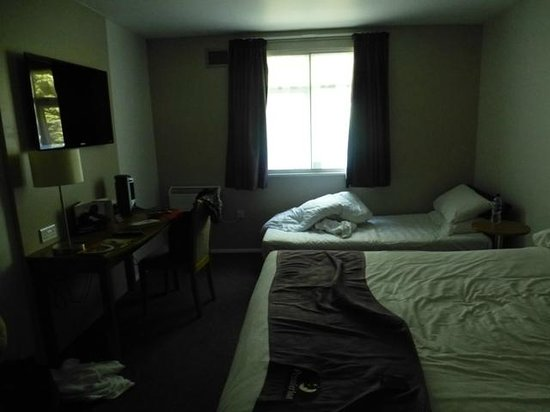 Premier Inn Runcorn Hotel: Room at about midday on day 2