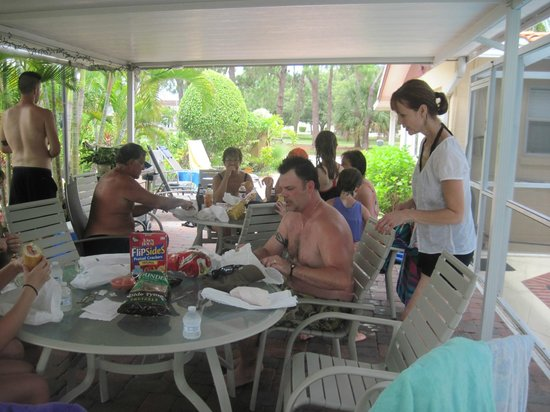 Venice Beach Villas : family hanging out under shelter at villa