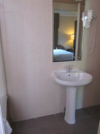 Ariel House: bathroom