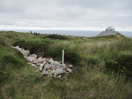 Ceide Fields: Wall, visitor center and sea