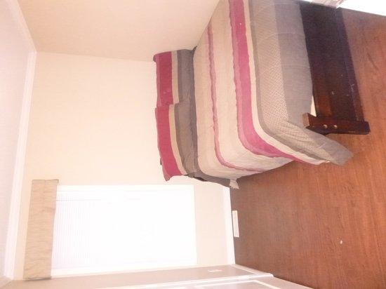 Crazy Creek Resort: Second Bedroom - No dresser, no Nightstand