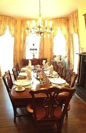 Freemason Inn Bed & Breakfast: Breakfast Table