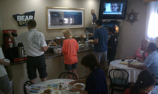 Travelodge Santa Monica: Breakfast line and small seating area