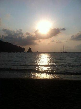 Il tramonto a Vulcano...Semplicemente meraviglioso...a due passi da Villa Crimi...desiderare di
