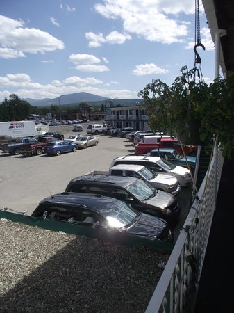 Kootenay Country Inn: View over the Parking Lot