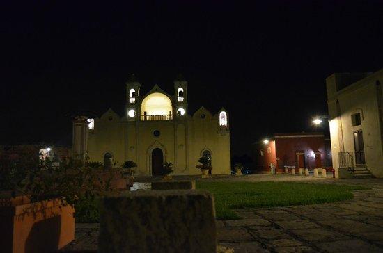 Hotel Borgo Cardigliano : Een kerk op het centrale plein van het hotel