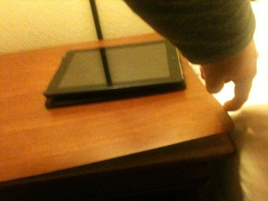 Country Inn Rapid City: Bedside Table - coming apart