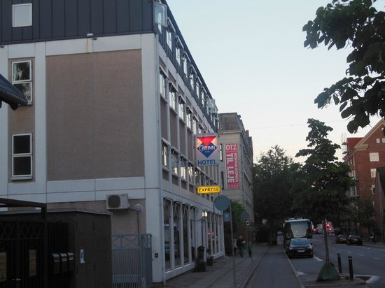 Hotel Cabin Express: La strada in cui sorge l'hotel