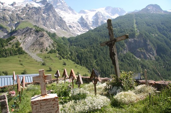 Hotel Auberge Edelweiss : View from church cemetary in La Grave