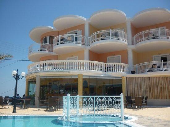 Arkadia Hotel: Vista della struttura dalla piscina