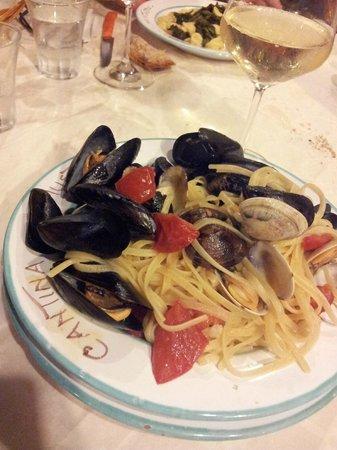 a Cantina i Mustazzo : Linguine ai frutti di mare accompagnate da uno splendido Fiano di Avellino!