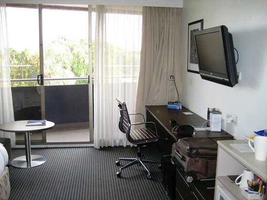 Hotel Urban Brisbane : Room with desk