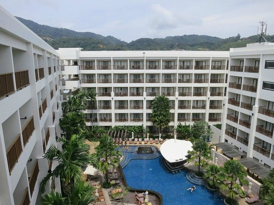 Deevana Plaza Phuket Patong: Higher floor to have better view (Pool & mountain)