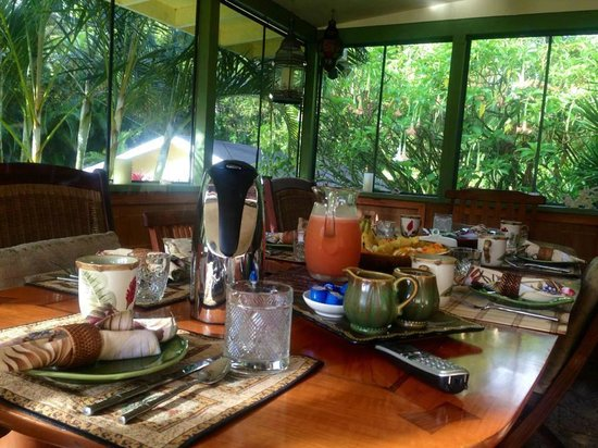 Coconut Cottage Bed & Breakfast: Early morning table for another amazing breakfast prepared by Chef Doug
