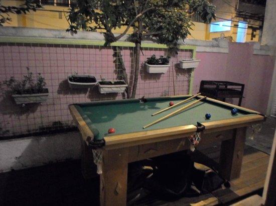 Rio Aplauso Hostel: Mesa de pool en el patio