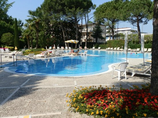 Hotel Bristol Buja: Large swimming pool