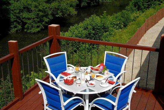 Chambres d'Hotes Claud de Gabari: Déjeuner côté rivière