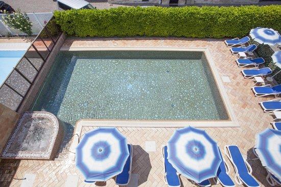 Hotel Garni Villa Magnolia: Piscina - Swimming pool - Schwimmbad