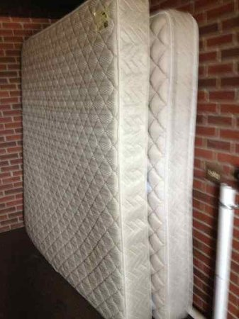 Days Inn Jonesville: Old mattresses stored in a main stairway (to get more mildew?)