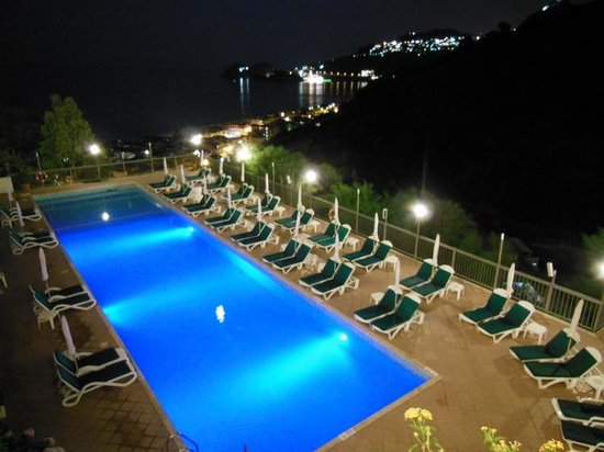 Hotel Antares: The pool and back of the hotel by night
