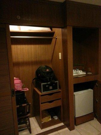Best Western Boracay Tropics Resort: Wardrobe/Luggage cabinet with safe box
