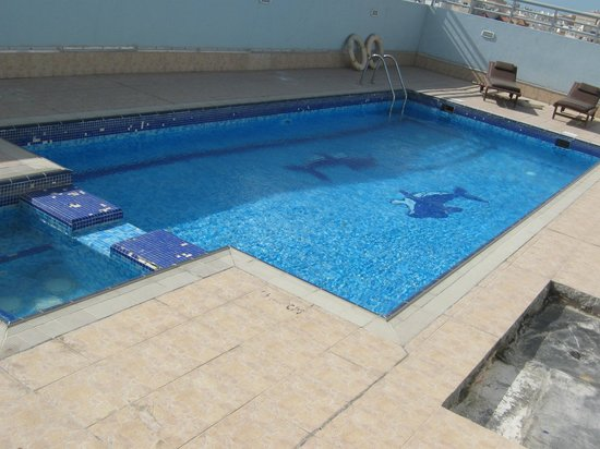 Waterfront Hotel Apartments: Rooftop swimming pool