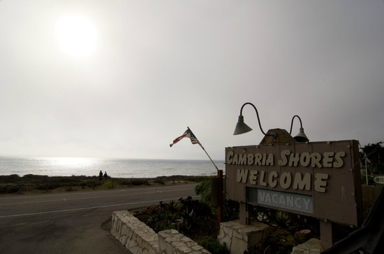 Cambria Shores Inn: View from the parking lot