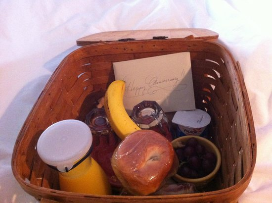 Cambria Shores Inn: Breakfast Basket