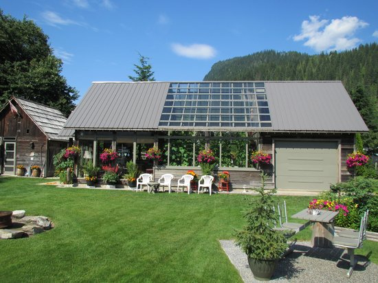 7 Acres Bed & Breakfast: Owner's outdoor kitchen & greenhouse