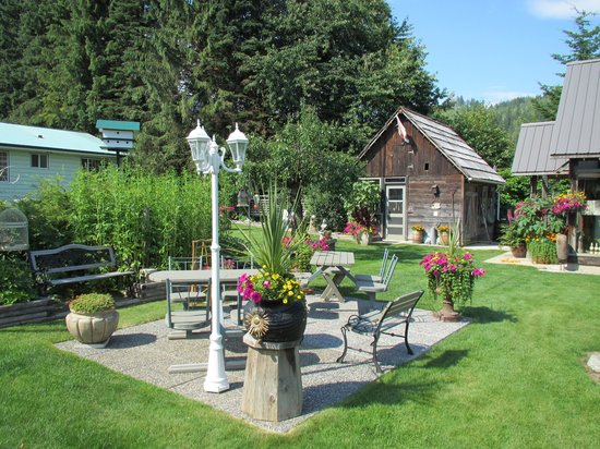 7 Acres Bed & Breakfast : One of many places to sit and relax.