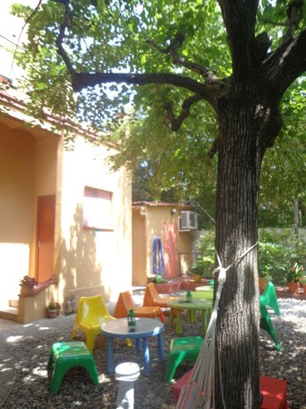 Garden House Hostel Barcelona : outside, where you can sit during the BBQ